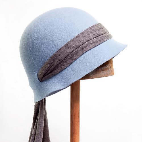 את זה ותפקיד ראשי בסרט תקופתי. כובע לבד עם צעיף מהחנות justine
