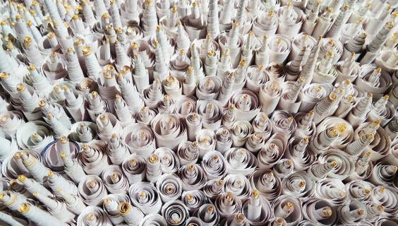 """מגולגלים בתוך נייר עיתון. """"ארץ סמויה"""" של דנה בלום (צילום: יח""""צ)"""