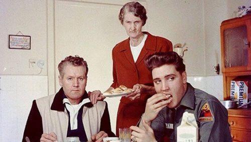 סבתוש, נשאר קצת קיגל? אלביס פרסלי, אביו ורנון וסבתו מינה מיי, 1959