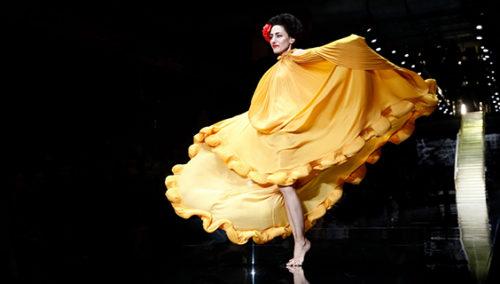 שמש תל אביבית. רונית אלקבץ בשמלה בעיצוב אלבר אלבז בשבוע האופנה גינדי 2015 GINDI TLV Fashion Week בקניון האופנה TLV FASHION MALL (צילום: גיל חיון)
