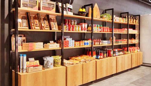 בואו נשלים. קיר מוצרים משלימים ומרשימים ב-Meat Point (צילום: שי גיל)