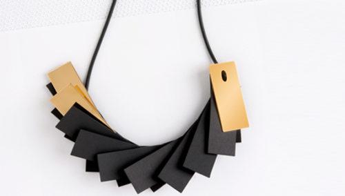 מי המניפה הכי יפה? שרשרת פליסה בשחור-זהב; MINIMALITI (צילום: איה וינד)