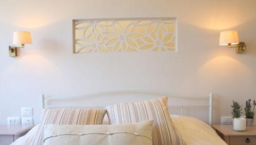 """להפוך כל קיר למקור אור. ראש מיטה """"שדה פרחים"""" (עיצוב פנים: שני אוסישקין-דרי, צילום: שירן כרמל)"""