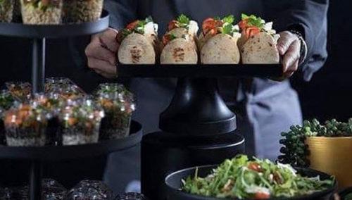 מיני-פיתה וצ'ייסר של סלט סופר-פוד. מתוך האינסטגרם של Munier - Food Ideas