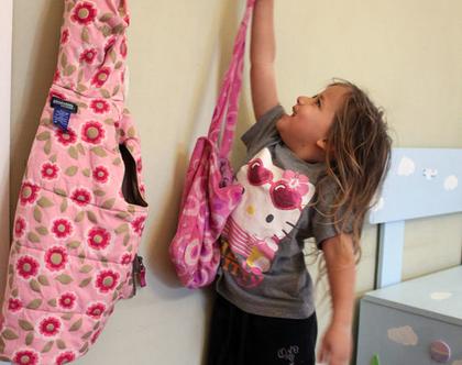 עיצוב חדר ילדים - ספסל צעצועים + תמונה מעוצבת + מתלה תיקים מעוצב
