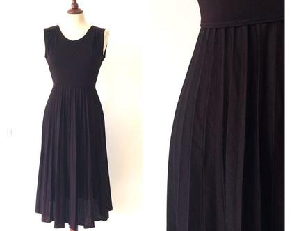 ** נמכרה**שמלה שחורה | שמלת וינטג' | שמלה לערב | שמלת פליסה | שמלה מיוחדת | שמלה לאירוע | שמלה קלאסית | שמלות