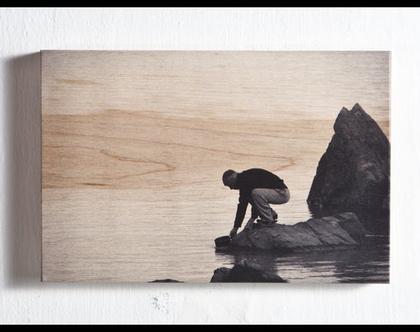"""'אדם ואגם' צילום על עץ מייפל. 13*19.5 ס""""מ."""
