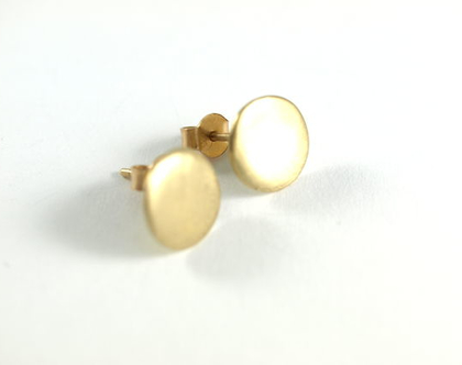 עגילי זהב משובצים | עגיל זהב 14 קרט | עגילי מטבע | אורה דן תכשיטים | סטודיו לעיצוב תכשיטים | תליוני זהב | מעצבת תכשיטים בתל אביב |