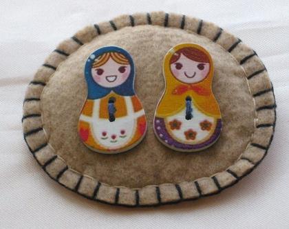 סיכה רקומה בצבע בז' עם דמויות של זוג בובות רוסיות בבושקה מטריושקה
