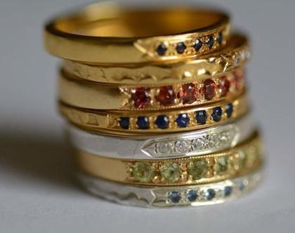 טבעות דקות משובצות, טבעת זהב, אבני חן, שיבוץ עתיק, תכשיטי מעצבים, טבעת עדינה, מתנה לאישה, אפרת מקוב, טבעת מיוחדת, גרנט, ספיר, טופז, זרקון