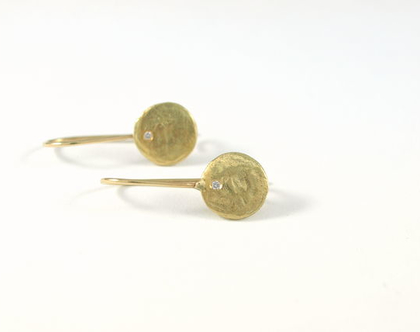 עגילי זהב משובצים יהלומים   עגיל זהב 14 קרט   יהלום   אורה דן תכשיטים   עיצוב תכשיטים   תכשיטי מעצבים   מתנה לאישה נה