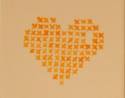 אריחי קרמיקה בדוגמת רקמת לבבות צבעוניים.