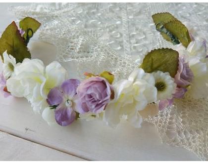 זר פרחים בגוונים לבן וסגול בשילוב פנינים | זר לשיער מפרחי משי | קשת לשיער מפרחים מלאכותיים | זר מעוצב לכלה | זר לכלה | קשת לחתונה | זר פרחים