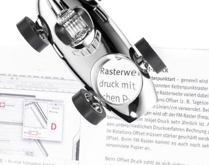 משקולת נייר עם זכוכית מגדלת וגלגלים זזים בסגנון מכונית מירוץ | מגנט לאטבים | מצופה כרום כסוף | מתנה למשרד