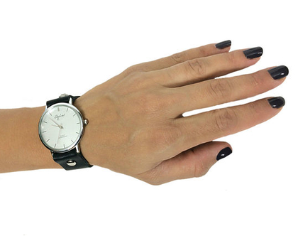 שעון קלאסי עם רצועת עור שחורה