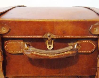 מזוודת עור בריטית עתיקה 30% הנחה | מזוודה עתיקה עור חום קאמל פריט אספנות | מזוודה לבית הום דקור | מזוודה מאנגליה מתקופת המנדט