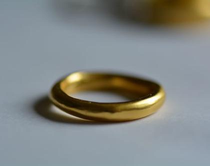 טבעת זהב עבה, טבעת נישואין, טבעת בייסיק, טבעת מעוצבת, טבעת ליום יום, תכשיטי זהב, מתנה לחברה, מתנה לאימא, טבעת חלקה, אפרת מקוב