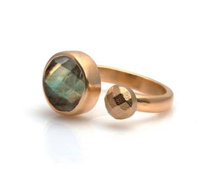 טבעת לברדורייט בזהב ורוד - טבעת אבן חן - טבעת בשיבוץ אבן חן - טבעת זהב - טבעות מעוצבות - טבעת בעבודת יד