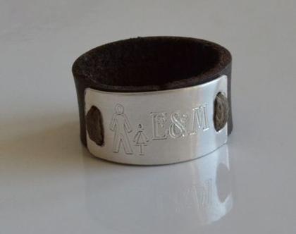 טבעת עור בשילוב פלטת כסף בחריטה אישית