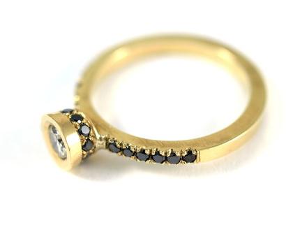 טבעת אירוסין מיוחדת - טבעת זהב יהלומים שחורים - טבעת יהלום - טבעת סוליטר - עיצוב תכשיטים בהזמנה - אורה דן תכשיטים - תכשיטים מעוצבים