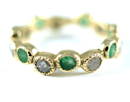 נמכרה - טבעת אירוסין מיוחדת - טבעת זהב יהלומים ואמרלדים - טבעת יהלום אפור - עיצוב תכשיטים בהזמנה - אורה דן תכשיטים - תכשיטים מעוצבים