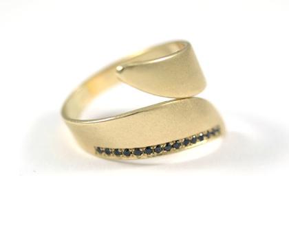 טבעת זהב צהוב   טבעת אירוסין מיוחדת   טבעת זהב משובצת יהלומים   טבעת בעיצוב אישי   אורה דן תכשיטים   מעצבת תכשיטים בתל אביב   יהלומים שחורים
