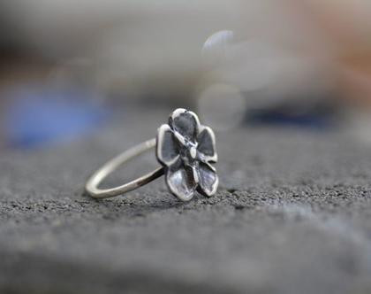 טבעת פרח גדול, טבעת כסף, טבעת דקה, טבעת מעוצבת, פרחים, אביב, טבעת ליום יום, פרח זהב, מתנה לחברה, מתנה לחג, טבעת עדינה, אפרת מקוב