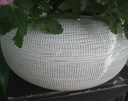 כלי חימר עגול לבן דמוי בטון בטקסטורת פסיפס לשתילת צמחים