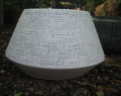 כלי חימר עגול קונוס לבן דמוי בטון בטקסטורה לשתילת צמחים