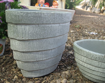 כלי חימר אובלי אפור גדול עם פסים דמוי בטון לשתילת צמחים