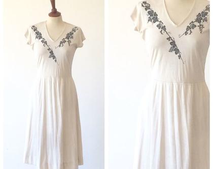 שמלת וינטג׳ | שמלת מידי | שמלה לבנה שמנת עם עיטורי פרחים | שמלה מחמיאה |שמלה מיוחדת| שמלה לאירוע| שמלה לנשים