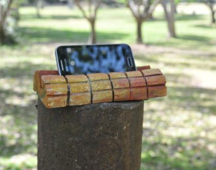 מעמד לאייפון | מעמד לטלפון | מעמד לסמארטפון | מתנה לגבר | רעיון למתנה | מתנה מקורית | עיצוב בעץ |