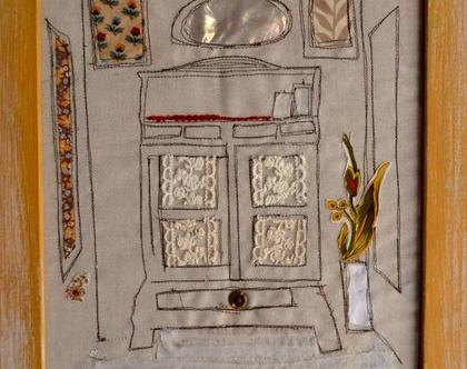 תמונה תפורה בעבודת יד על בד פשתן, תמונת קומודה, עציץ ומראה |תמונה לסלון|תמונה לבית
