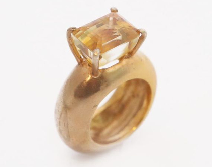 טבעת מעוגלת משובצת אבן ג'ספר מלבני בציפוי זהב