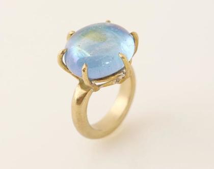 טבעת מעוגלת משובצת אבן לברדורייט בשיבוץ סלסילה בציפוי זהב