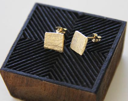 עגילי זהב קלאסיים צמודים מרובעים בטקסטורה קליפת גזע