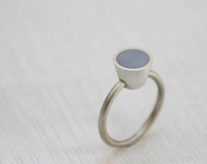 טבעת קונוס עגול M | טבעת כסף ובטון | טבעת עדינה | כסף ואפור | טבעת מרשימה