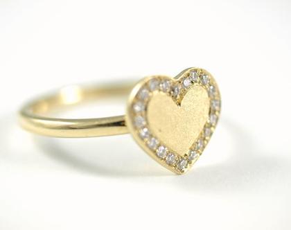 טבעת אירוסין מיוחדת - טבעת זהב לב יהלומים - טבעת יהלום - טבעת סוליטר - עיצוב תכשיטים בהזמנה - אורה דן תכשיטים - תכשיטים מעוצבים