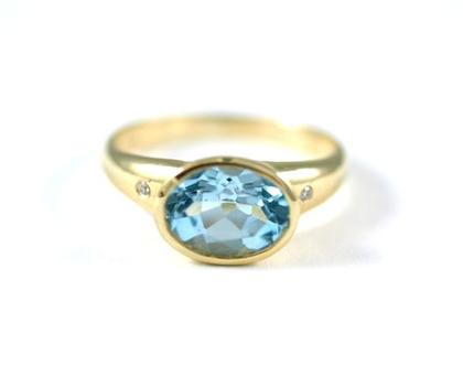 טבעת אירוסין מיוחדת - טבעת זהב משובצת בלו טופז - טבעת זהב - טבעת סוליטר - עיצוב תכשיטים בהזמנה - אורה דן תכשיטים - תכשיטים מעוצבים