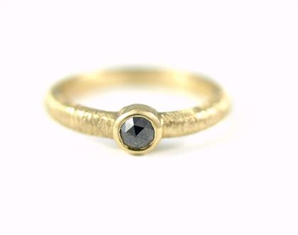 טבעת אירוסין מיוחדת - טבעת זהב יהלום שחור - טבעת יהלום - טבעת סוליטר - עיצוב תכשיטים בהזמנה - אורה דן תכשיטים - תכשיטים מעוצבים
