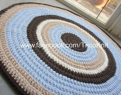 שטיח עגול סרוג בצבע תכלת, שמנת, בז' וחום בקוטר 1.10 מטר