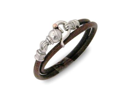 צמיד עור כפול שחור, ועור חום , סוגר מכסף מרשים ומיוחד , עיצוב וייצור הצמיד דני קרמר ,תכשיטים מעוצבים , מתנה יפה לגבר , מתנה לאישה