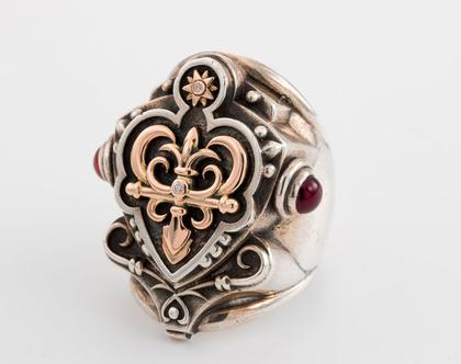 טבעת חותם מכסף וזהב עבודת יד, מיוחדת לאנשים מיוחדים, הטבעת מורכבת מחלקים קטנים שבונים את הטבעת ,זהב אדום , זהב צהוב , כסף וגארנטים