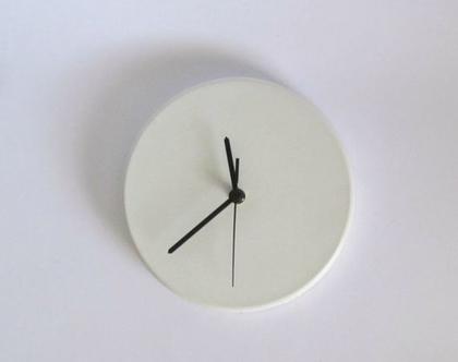 """שעון קיר מבטון לבן 20 ס""""מ קוטר, שעוני קיר, שעונים מעוצבים, שעונים בעיצוב נקי, שעון לסלון, שעון למטבח, עיצוב הבית, שעון למשרד, מתנה לחג, לבית"""