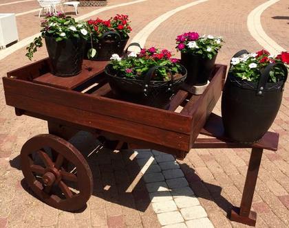 עגלת עץ דקורטיבית מיועדת לעציצים , עגלת עץ לגינה, כרכרת עץ, עגלת עץ ישנה, גלגלי מרכבה, גלגלי עץ.