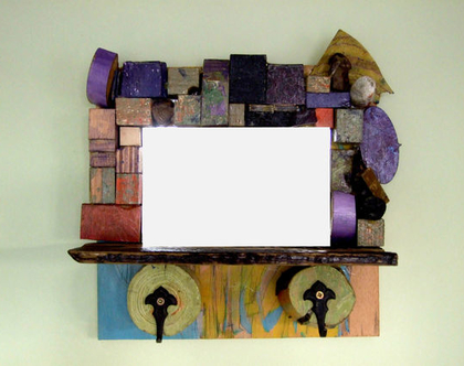 מראה מעוצבת | מראה קטנה | מתנה לבית | עיצוב צבעוני | עיצוב לבית | עץ ממוחזר | רעיון למתנה | מתנה מקורית | מראה מסגרת עץ | עיצוב צבעוני |
