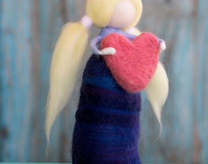 בובה מלובדת, לבבית, בובה עם קוקיות, בובה בלונדינית, עבודת יד, מתנה לילדה, מתנה לחברה