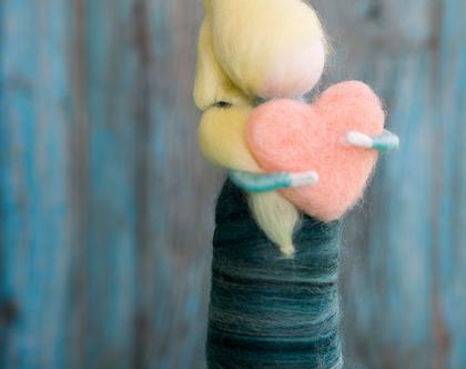 בובה מלובדת, לבבית, בובה עם קוקו, בובה בלונדינית, עבודת יד, מתנה לאישה, מתנה לנערה