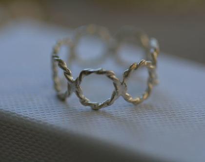 טבעת כסף, טבעת קלועה, טבעת מיוחדת, מתנה לחברה, טבעת ליום יום, טבעות ליומיום, טבעת עדינה, סט טבעות, טבעת עיגולים מעוצבים,טבעת מידי, אפרת מקוב