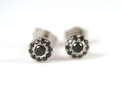 עגילי זהב צמודים - עגילי זהב לבן משובצים - עגילי זהב ויהלומים שחורים - עגילים צמודים - מעצבת תכשיטים - תכשיטי מעצבים - אורה דן תכשיטים